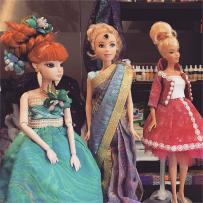Dolls dressed in marbled fabric at Doll Prague event.